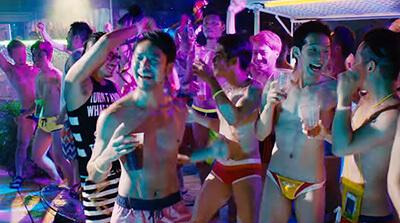 ゲイクラブで裸になって踊るブッキー